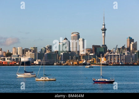 Yachts on Waitemata harbour with the city skyline beyond. Auckland, North Island, New Zealand - Stock Photo