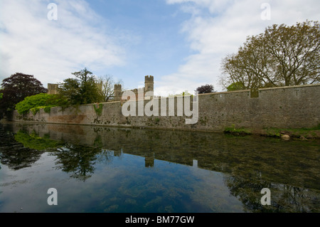 The Outer Wall And Moat Of The Bishops Palace Wells Somerset England - Stock Photo