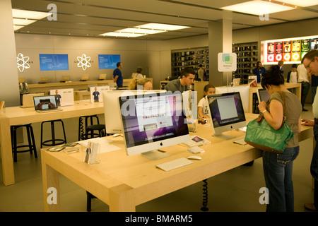 Apple Macintosh computer shop, Southgate shopping centre, Bath - Stock Photo