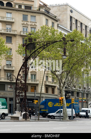 In Barcelona, an ornate worked lamppost in the Art nouveau style (Spain). A Barcelone, un réverbère du style Art - Stock Photo