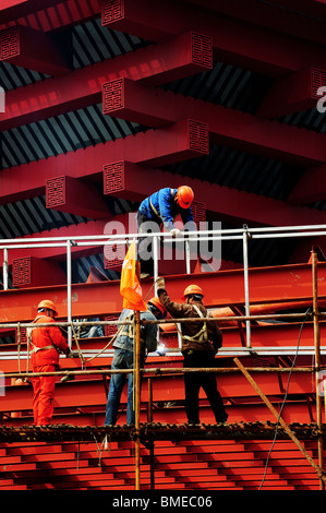 Construction workers on scaffold, China Pavilion, Zone A, 2010 Shanghai World Expo Park, Pudong, Shanghai, China - Stock Photo