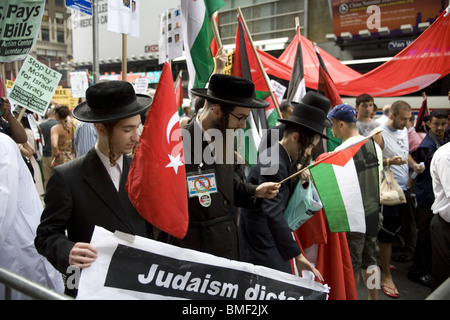 Anti-Zionist Orthodox Jews with Palestinians and others Protest Israel's brutal attack on the International Gaza - Stock Photo