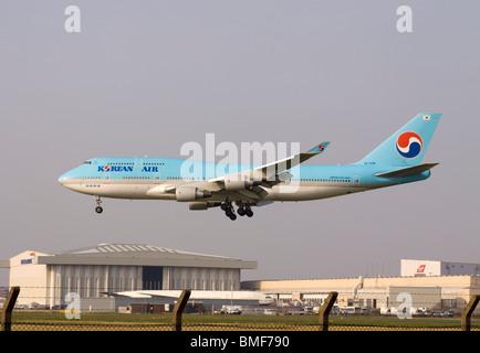 Korean Air Boeing 747-4B5 landing at London Heathrow airport. - Stock Photo