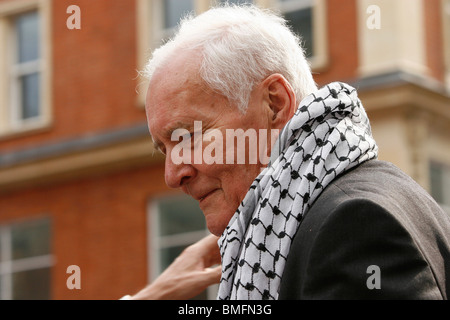 Tony Benn joins thousands of Palestinian protest outside the Israeli embasy in London following the attacks on the - Stock Photo