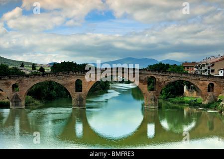 Spain, St. James Way: Medieval pilgrim´s bridge in Puente la Reina - Stock Photo