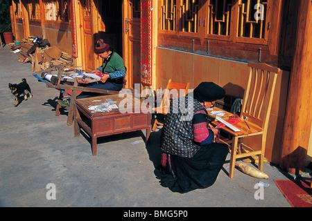 Yao women weaving fabric, Huangluo Yao Village, Longsheng Various Nationalities Autonomous County, Guilin, Guangxi, - Stock Photo