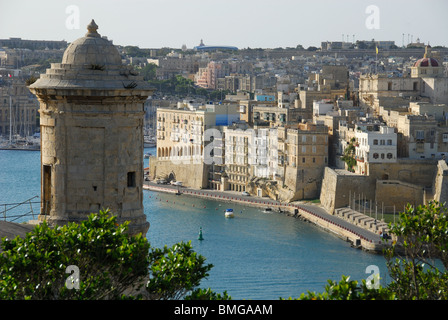 SENGLEA (L-ISLA), MALTA. A view across the Grand Harbour from Valletta, with a vedette (watchtower) on the left. - Stock Photo