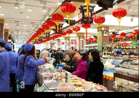 Women buying food in supermarket on Nanjing Road, Shanghai, China - Stock Photo