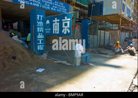 African workers on a chinese construction site in Maputo, Mozambique. - Stock Photo