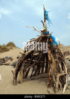 Beachcombers Paradise. Driftwood beach hut on sands at Crows Point, near Braunton, Devon - Stock Photo
