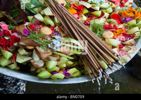 Canang sari are baskets filled with rice and flowers and are offerings that Balinese place at their doorsteps to - Stock Photo
