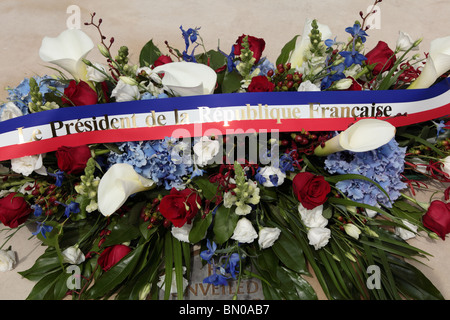 The wreath laid by president Sarkozy and Carla Bruni at the base of the Queen Mother memorial statue in the Mall, - Stock Photo