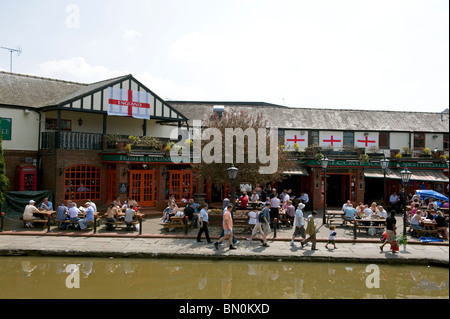 Customers at the Frog and Nightingale Public House in Frodsham Street, chester, Cheshire, UK. Renamed The Lock Keeper - Stock Photo