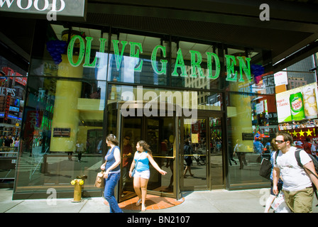 An Olive Garden Restaurant In Times Square In New York Is Seen On Stock Photo 92481918 Alamy