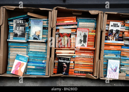 Penguin and Pelican paperbacks outside a secondhand bookshop in Edinburgh. - Stock Photo