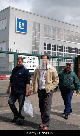 Cleaners leaving the GM Vauxhall factory in Luton, Beds - Stock Photo