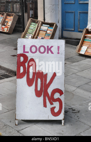 'Look! Books' sign outside a secondhand bookshop in Edinburgh. - Stock Photo
