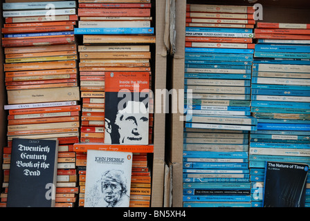 Penguin and Pelican paperbacks at a secondhand bookshop in Edinburgh. - Stock Photo