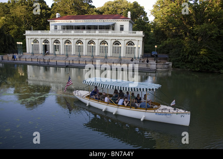 A group leaves from the Boat House & Audubon Center for a sunset ride on the electric boat Independence in Prospect - Stock Photo
