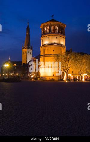 Hafenpromenade mit Schlossturm am Rheinufer in Düsseldorf bei Nacht - Stock Photo