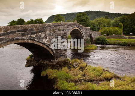 UK, Wales, Snowdonia, Llanwrst, 1636 stone bridge over River Conwy - Stock Photo