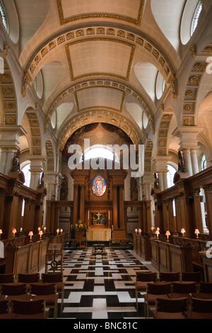 Saint Brides Church Interior. The central aisle, altar, ceiling and choir boxes of this ancient City church. - Stock Photo