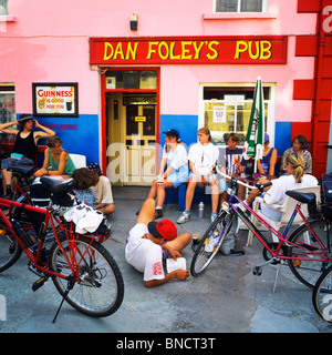 TOURING BIKERS AT DAN FOLEY'S PUB ANASCAUL DINGLE PENINSULA COUNTY KERRY IRELAND EUROPE - Stock Photo
