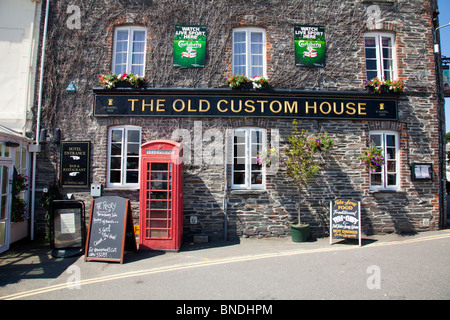 The old custom house in Padstow, Cornwall, England. Old style pub with red telephone box outside - Stock Photo