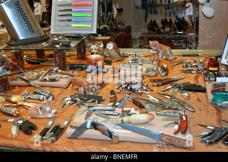 Display of knives and penknives in a specialist shop located in Galerie de la Reine (Queens gallery) in Brussels - Stock Photo
