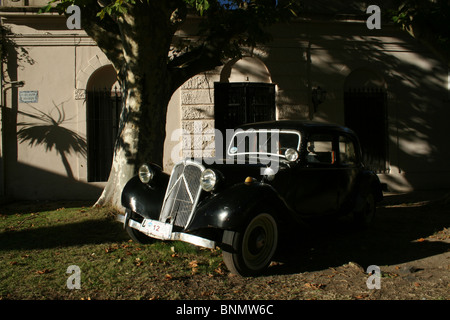 23rd March 2010; An old car bathes in the early morning sunlight in Plaza Mayor 25 de Mayo in Colonia del Sacramento, - Stock Photo