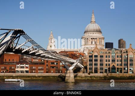Millennium footbridge leading to St.Paul's cathedral - Stock Photo