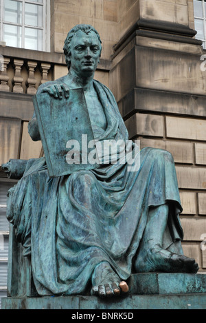 Statue of the philosopher and historian David Hume by sculptor Sandy Stoddart on Edinburgh's Royal Mile. - Stock Photo
