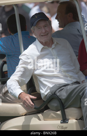 Former president George H. W. Bush leaves the 17th tee after watching part of a practice round of the 2009 Players Championship. Stock Photo