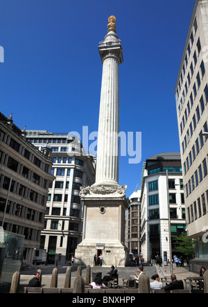 The Monument in the City of London, built in 1677 to commemorate the Great Fire of London. - Stock Photo