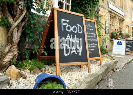 Food all day at The Queen's Head pub, Stow-on-the-Wold, Cotswolds, UK. - Stock Photo