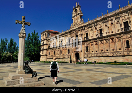 Spain, St. James Way: Pilgrim´s monument at the Plaza de San Marcos in Leon - Stock Photo