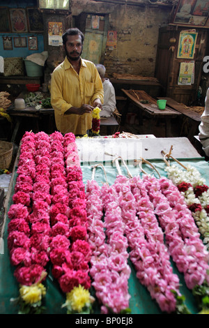 India, Tamil Nadu, Madurai. Flower garland maker at the Minakshi Sundareshvara Temple. - Stock Photo
