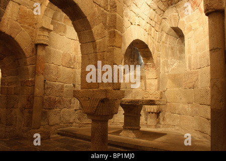 Stone vaulting in the early Romanesque crypt of the Monastery of Leyre (Mosterio de Leyre), Sierra de Leyre, Navarra, - Stock Photo