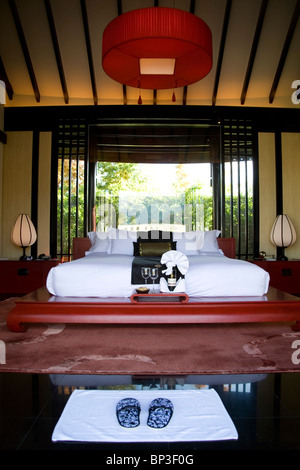 Guest bedroom, one of three-room spa suites at Banyan Tree Resort , Lijiang outskirts - Stock Photo