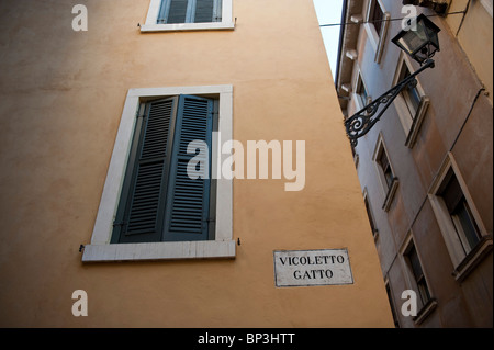Vicoletto gatto Verona Italy - Stock Photo