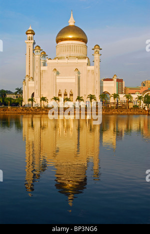 Brunei Darussalam, Bandar Seri Begawan, Sultan Omar Ali Saifuddin mosque reflecting in the water, - Stock Photo