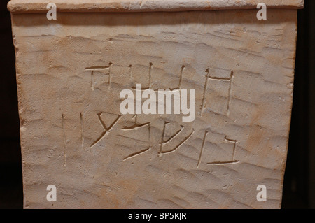 5277. Ossuary inscribed in Hebrew: 'Hananiyah Ben Simon' - Stock Photo