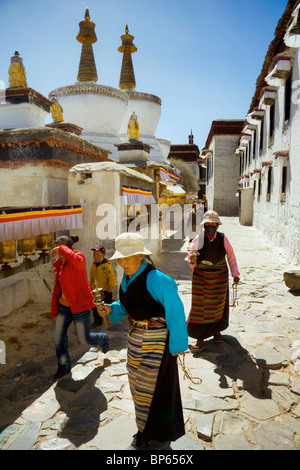 A pilgrim family walk around stupas set in the courtyards of Tashilhunpo monastery in Shigatse, Tibet, China. 2010 - Stock Photo
