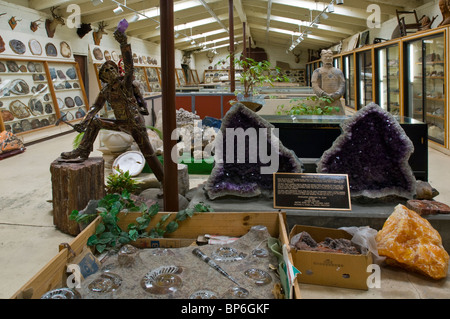 Amethyst and other rock and geology specimens on display at Chapman's Gem & Mineral Shop & Museum - Stock Photo