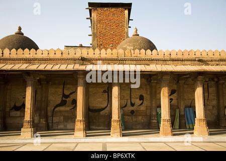 A Koranic inscription runs behind pillars in the Jama Masjid (Friday Mosque) in Ahmedabad, Gujarat, India. - Stock Photo