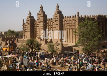 The Monday market infront of the great mud mosque, Djenne, Mali, West Africa - Stock Photo