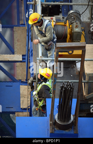 Construction workers on a building site, Hong Kong, China - Stock Photo