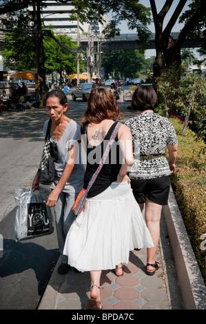 Narrow footpath along Soi Tonson in the centre of Bangkok. - Stock Photo