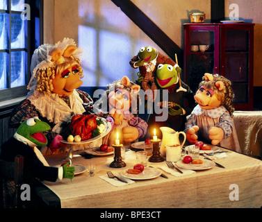 THE MUPPET CHRISTMAS CAROL (1992) MISS PIGGY, KERMIT THE FROG, GONZO Stock Photo: 29192380 - Alamy