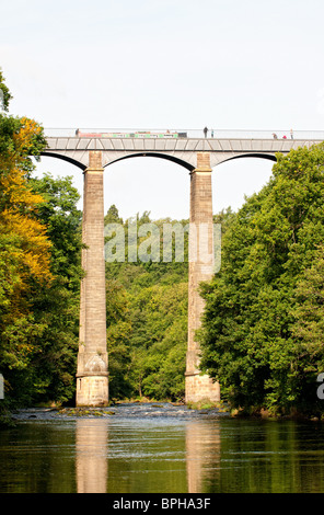 Pontcysyllte Aqueduct carries the Llangollen Canal over the River Dee in Denbighshire, North Wales - Stock Photo